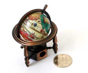 500円玉と小物の写真(鉛筆削り)