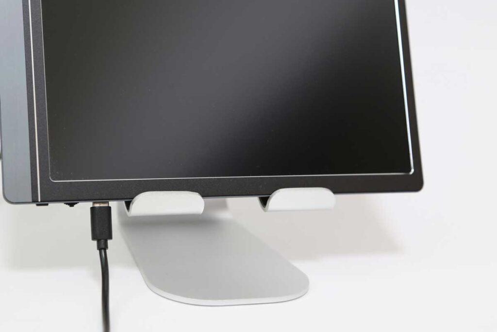 15.6インチモニター(モバイルディスプレイ Lepow Z1)を縦置きした写真。置いたまま電源ケーブルも利用できる