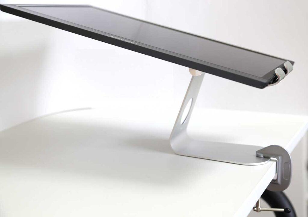 足元を固定すれば、15.6インチのモバイルディスプレイ(モバイルモニター)の縦置きに設置して水平に倒しても大丈夫。