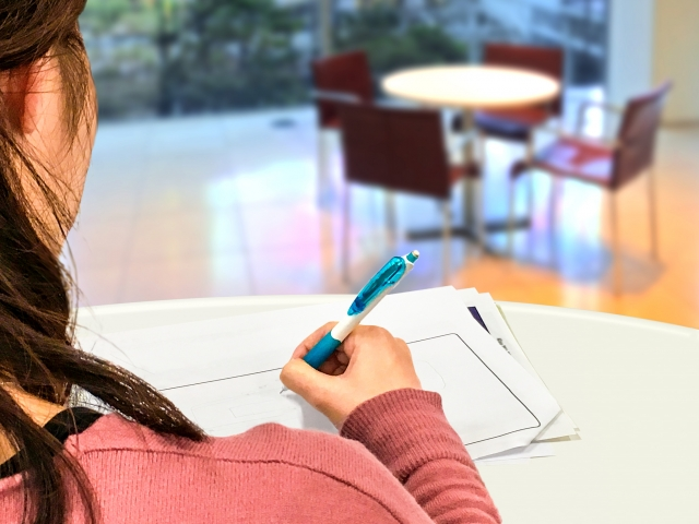 図書館で自習する女性