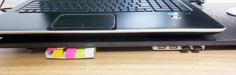 板の隙間に付箋紙を収納