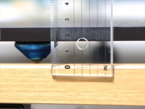机との間に1.5cmほどの空間ができる