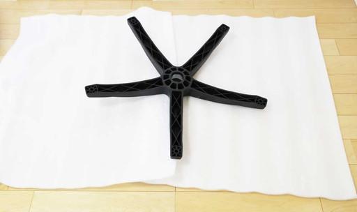 緩衝材を敷いて床に傷がつかないように対策