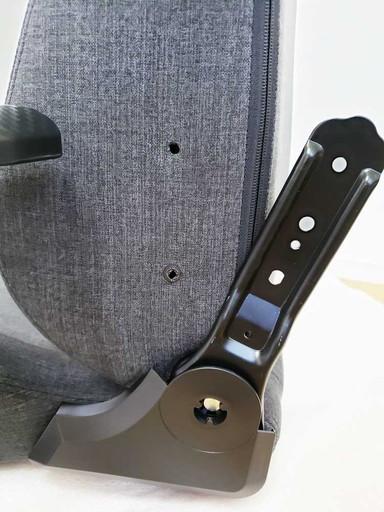 ネジ穴に合わせる前|CORSAIR(コルセア)社製「T3 RUSH」ゲーミングチェアの組み立て