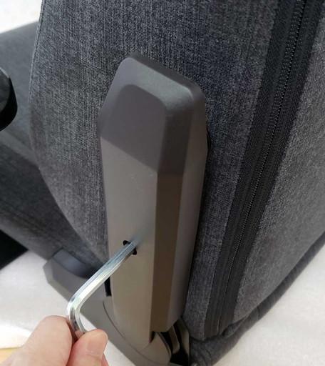 バックヒンジカバーを取り付ける|CORSAIR(コルセア)社製「T3 RUSH」ゲーミングチェアの組み立て