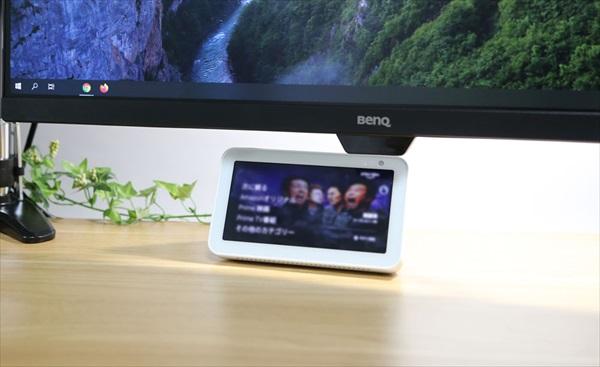 モニターの下に Amazon Echo Show 5を設置